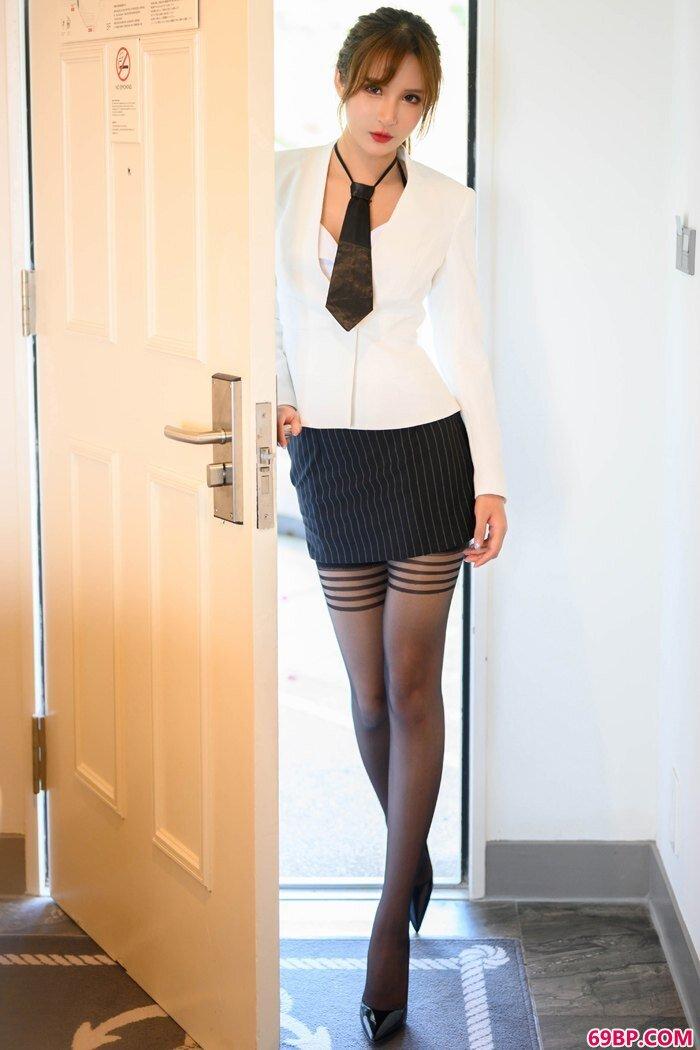 职场女尹菲推门入室上演不一样的风骚_gogo高清全球专业图片