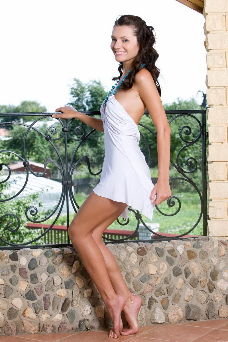 外拍别墅阳台上性感俏丽的嫩模