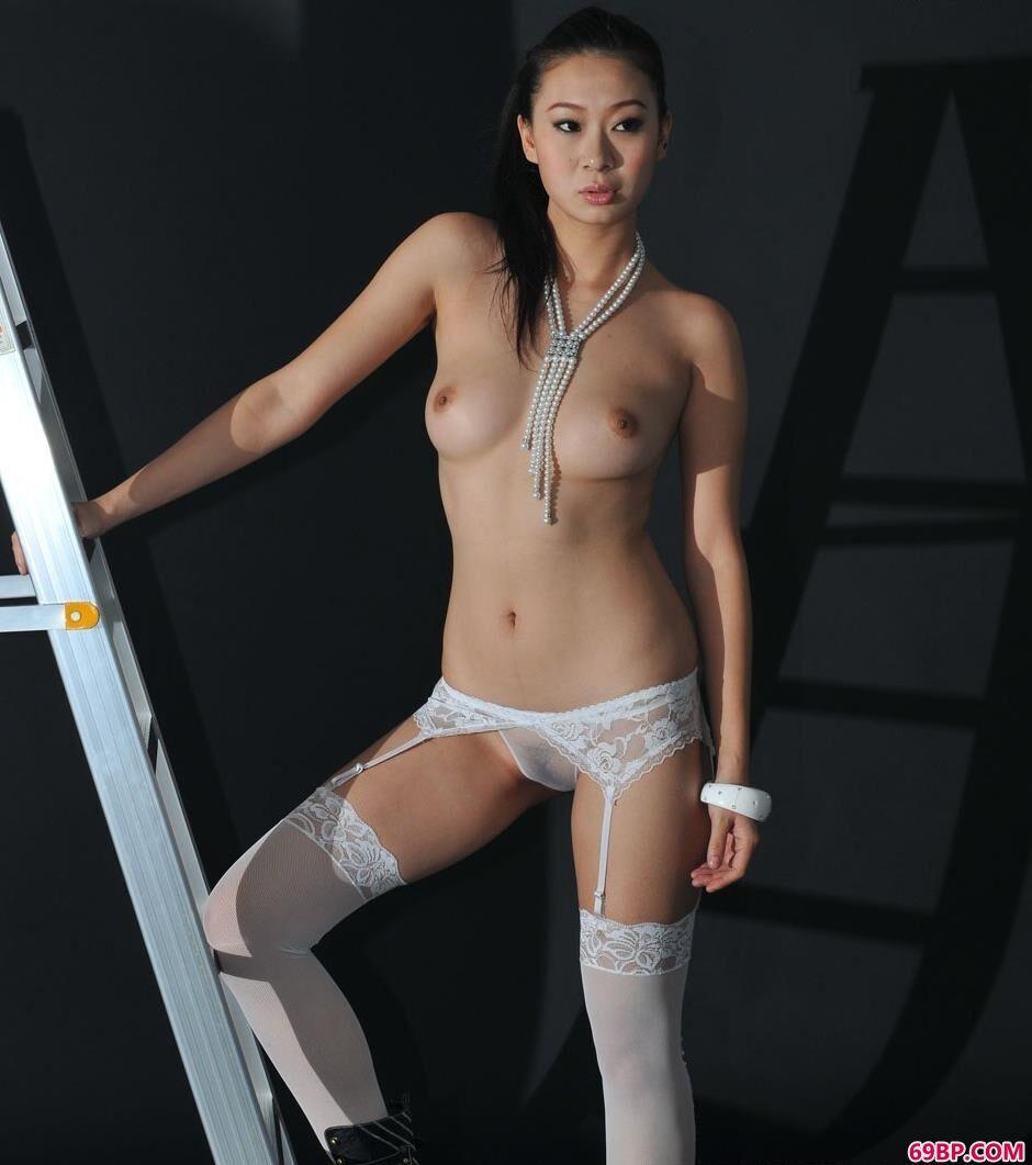 裸模文文室拍吊带肉丝美体