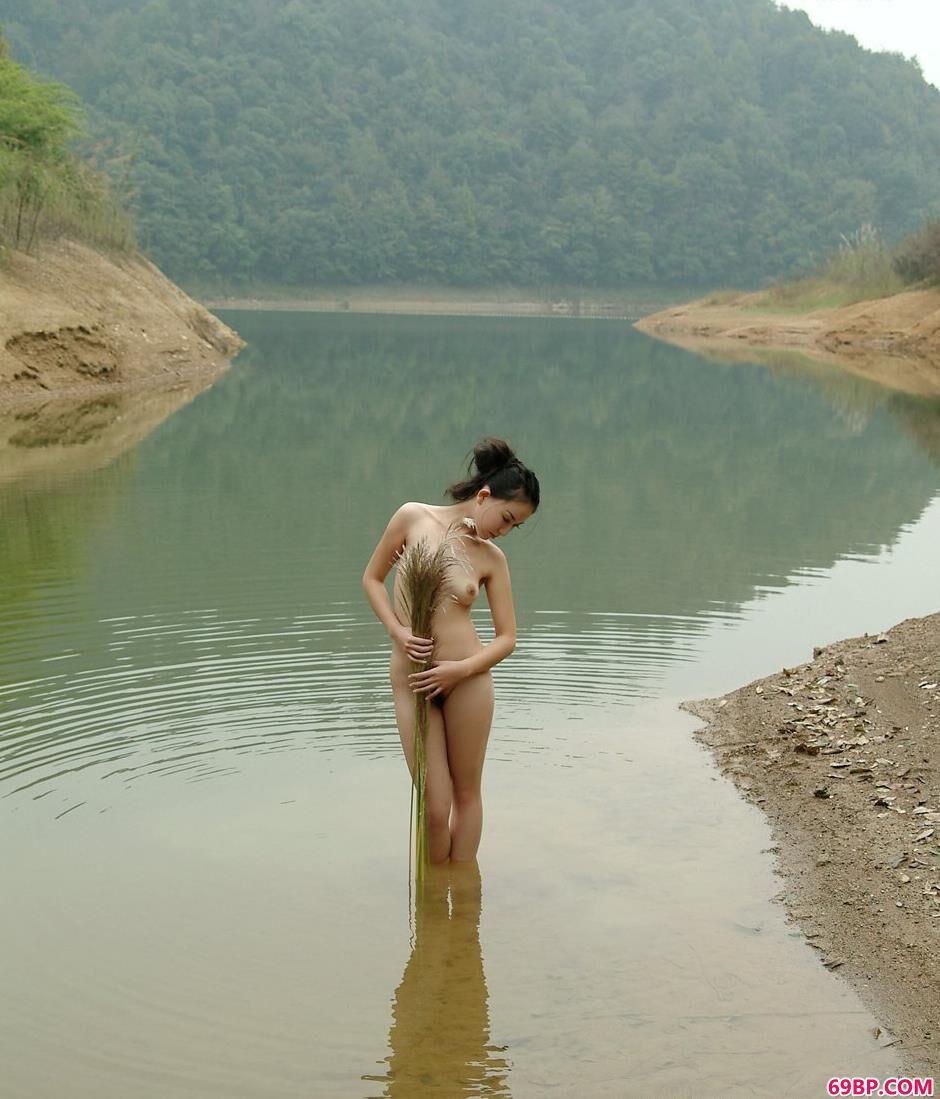 超模杨芳乡村小河上的抚媚人体_丰满国模蹲下撒尿