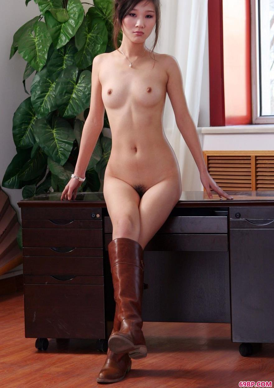 靓女彭佩丝办公桌上的魅惑人体