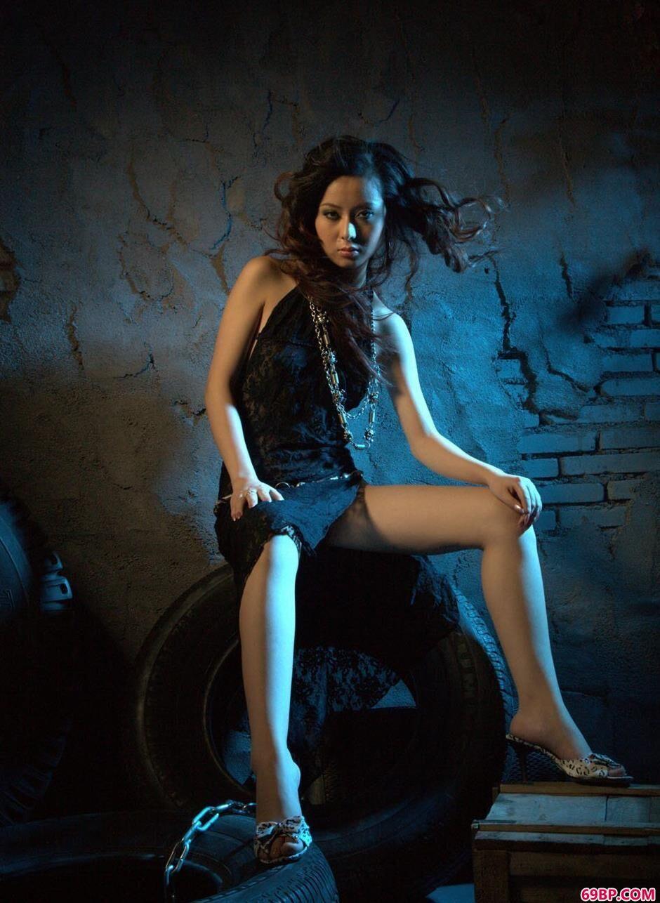 靓妹娜娜地下室里的轮胎人体_欧洲美妇做爰localhost