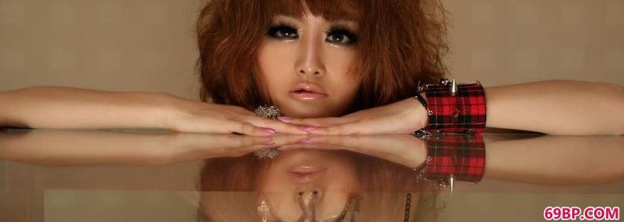 坐在玻璃桌上的靓女裸模Yumi1