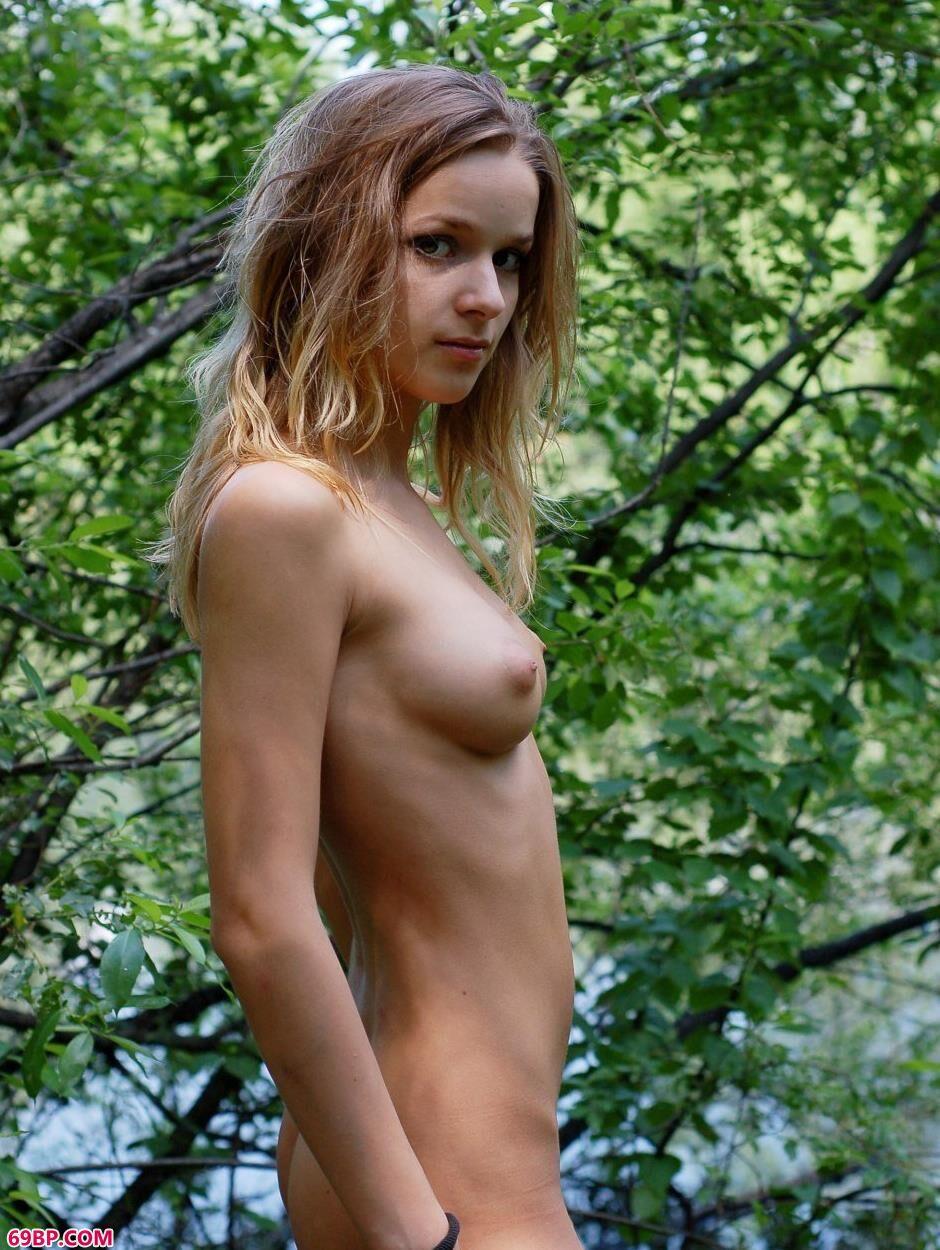 超模Masha树林里的妩媚人体