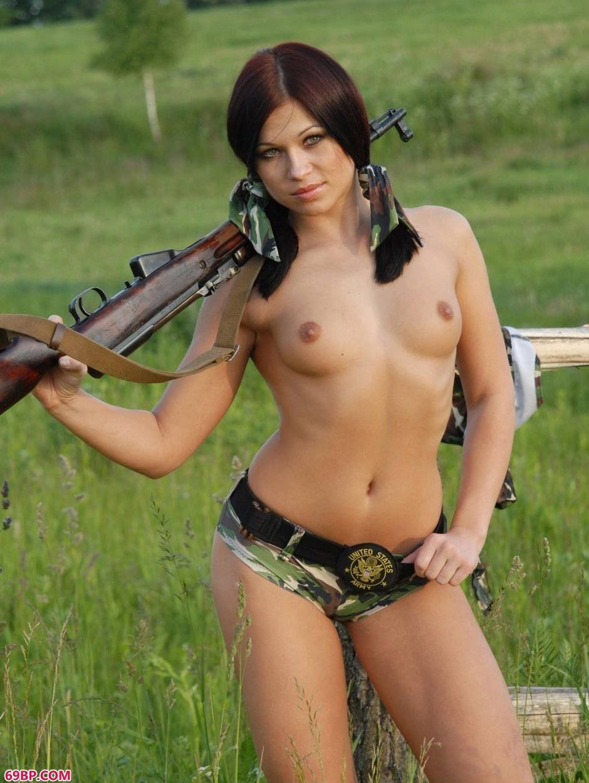 超模Tonya田野里扛着AK拍人体