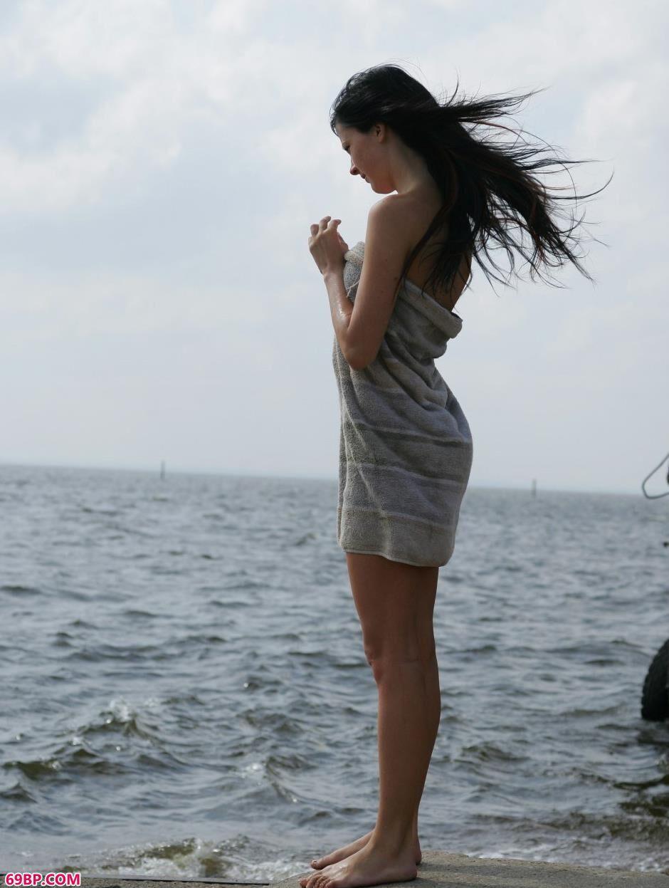 美模Ludmila海边沙滩上的诱人身材