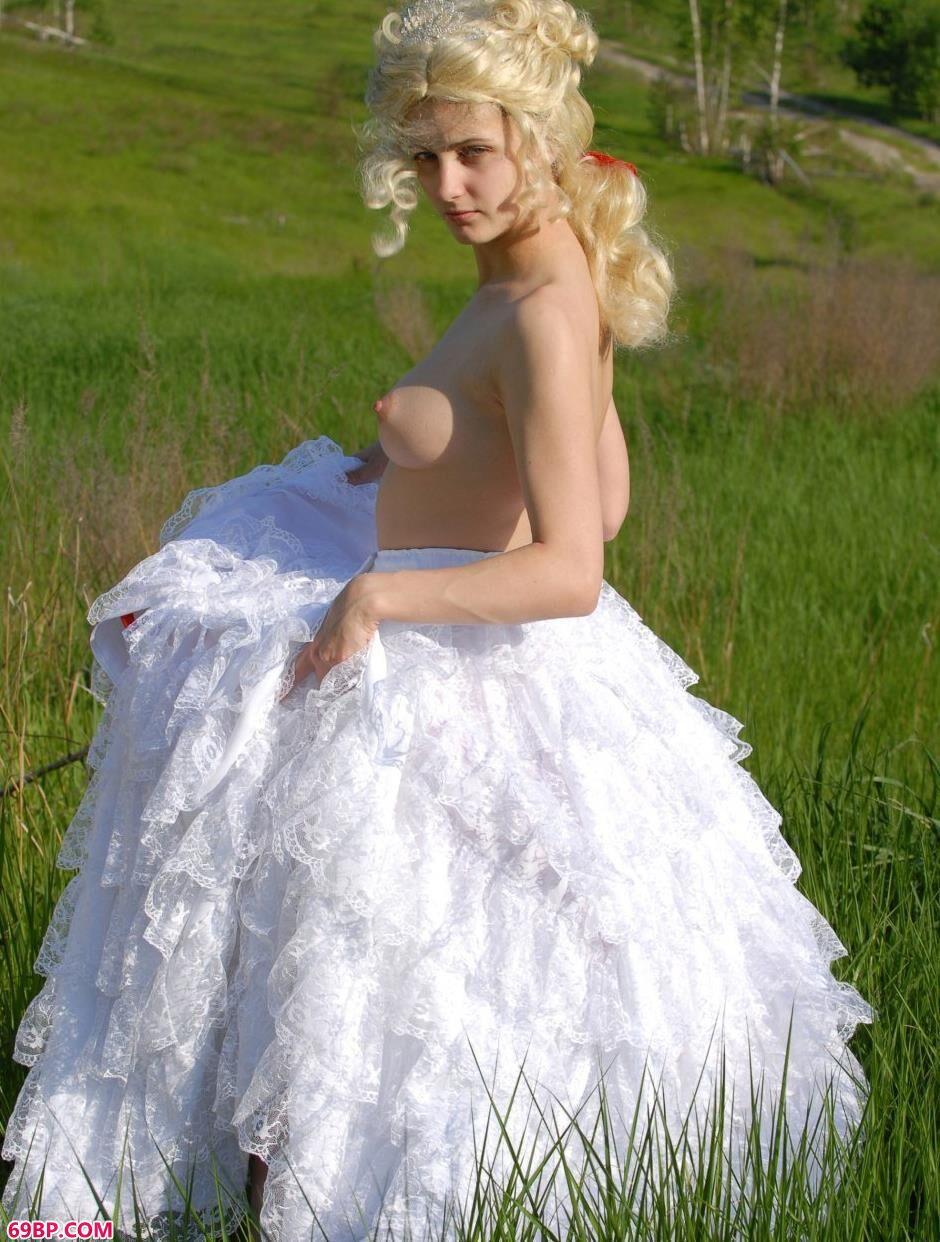名模Alena寒秋草上的丰腴人体