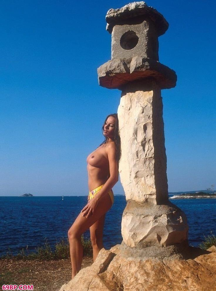 刘亦菲人体艺术图片_裸模Sharon在海水里的清纯人体