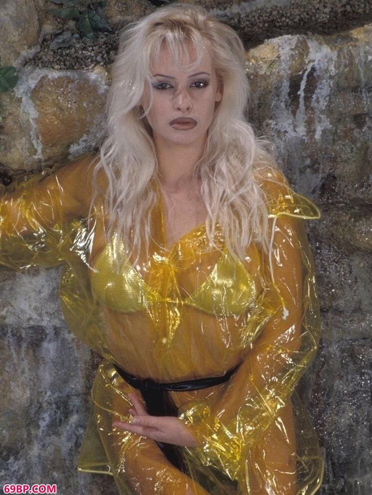 裸模Caroline岩石边上的黄衣人体
