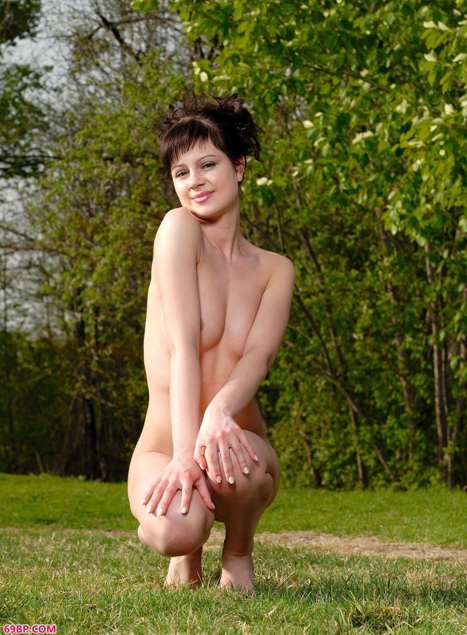 草坪上沐浴阳光的人体名模1