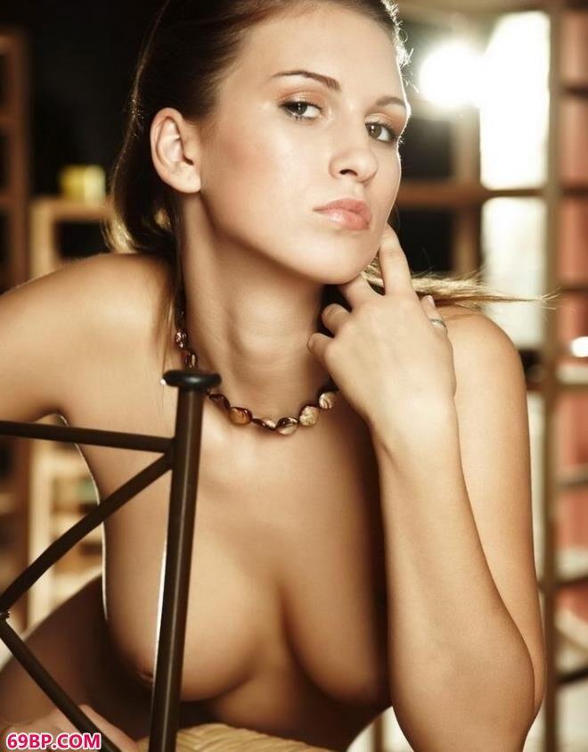 国模春迟150p_裸模janet室内藤椅上的经典美体