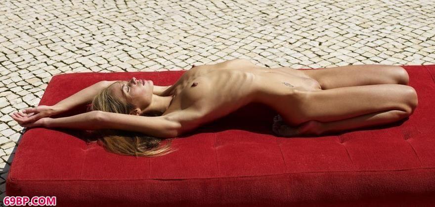 中国人体艺术摄影网_红色的垫子上的金发人体艺术2