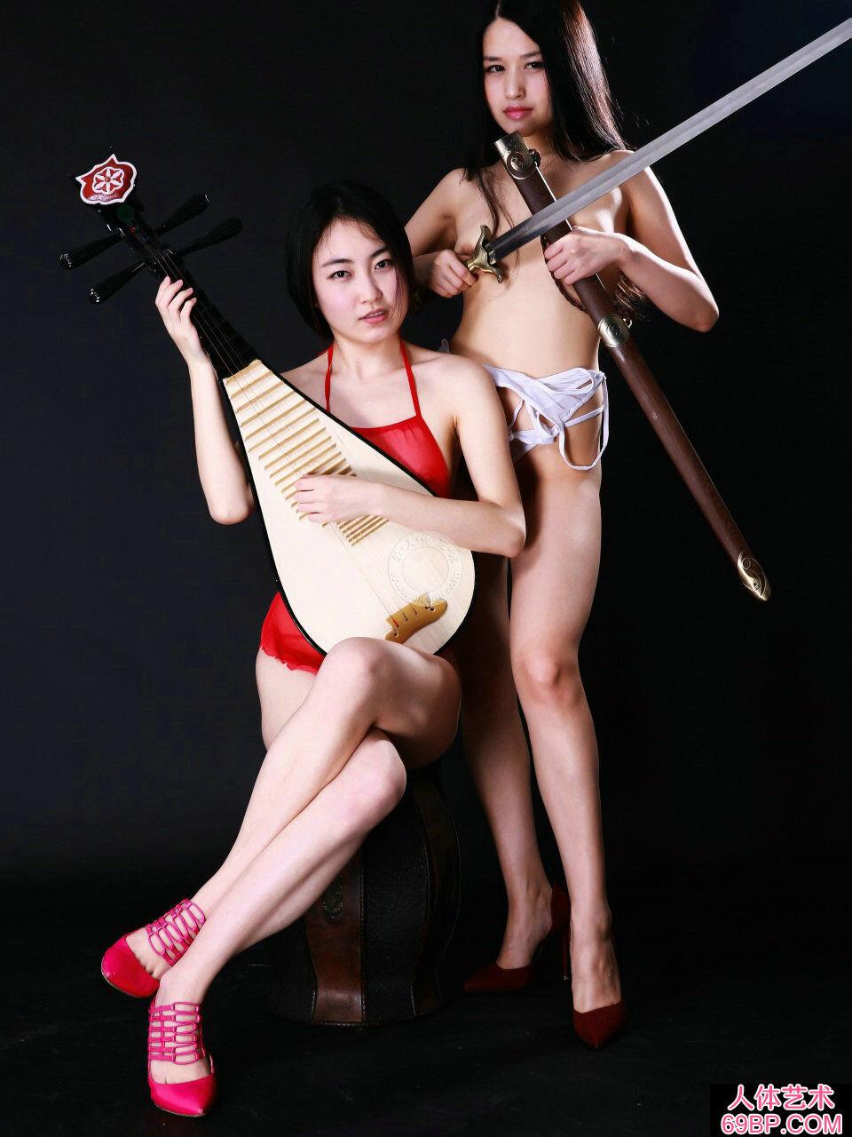 超级大胆展人体艺术图片,室拍身披丝巾弹琵琶的嫩模小慕和阿林