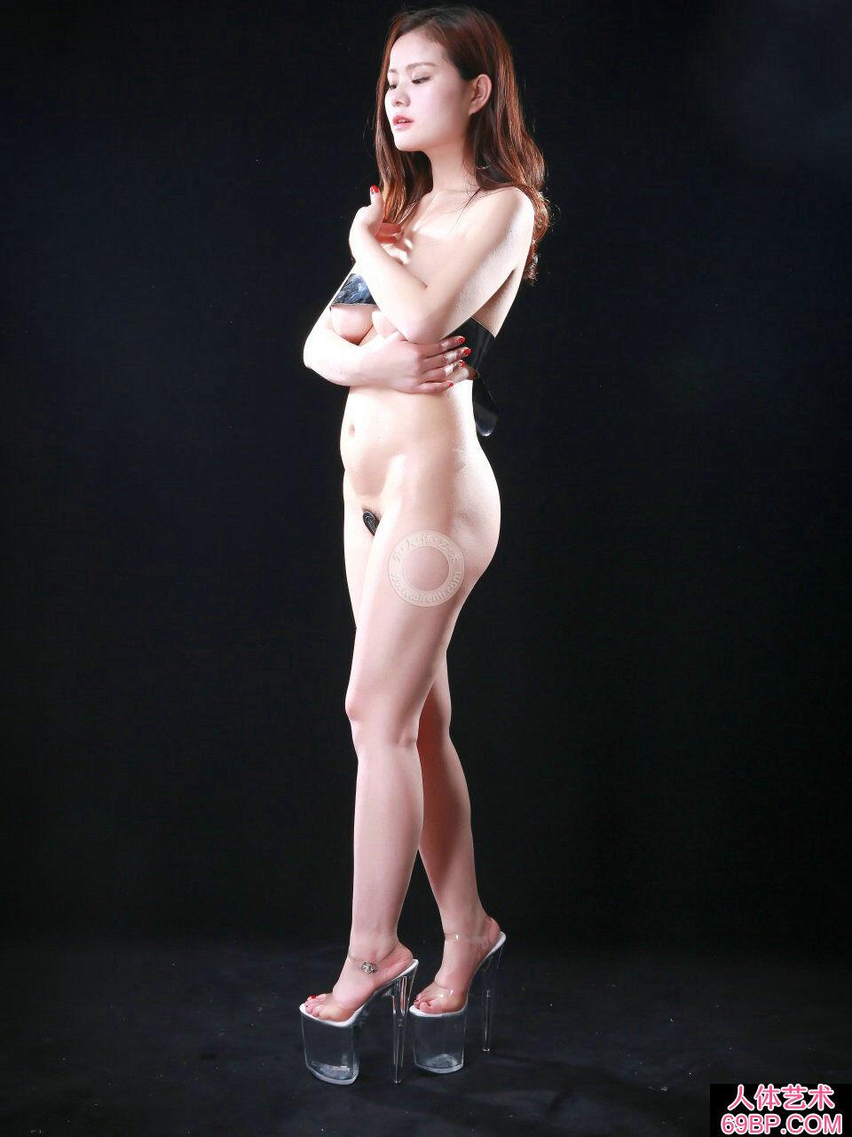 黑色背景室拍超模阿玉胶带裹胸人体写照