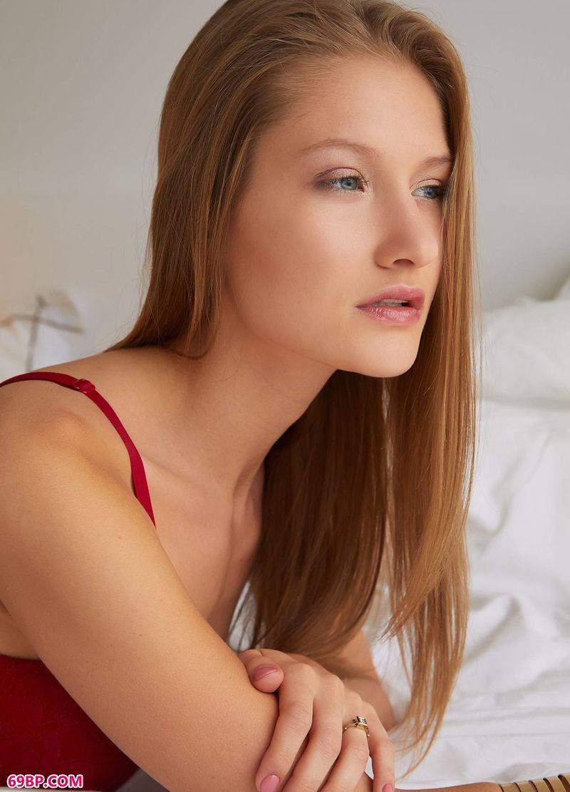 红色脉搏人体美模Tiffany