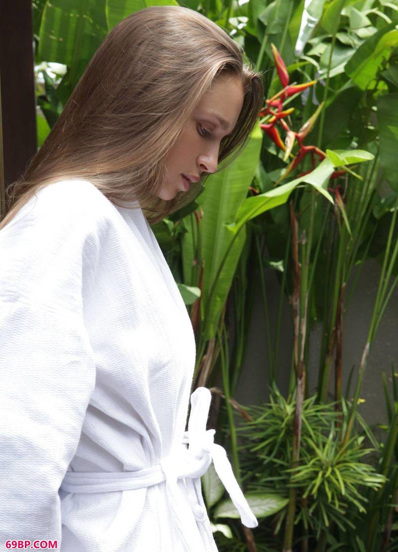 开启度假模式的名模Elin,人体艺术臀后观阴图片